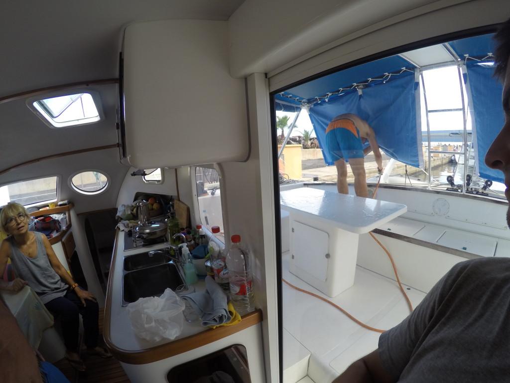 Szoruję pokład pod bacznym okiem kapitana ;)