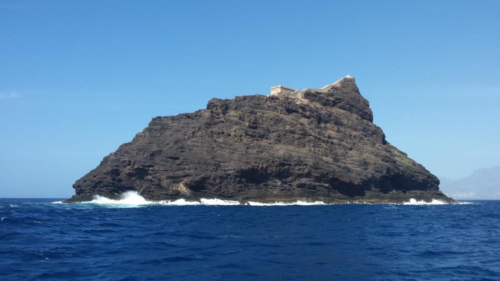 Docieramy na Wyspy Zielonego Przylądka. Widać pierwsze wyspy, a na jednej z nich małą fortyfikację.