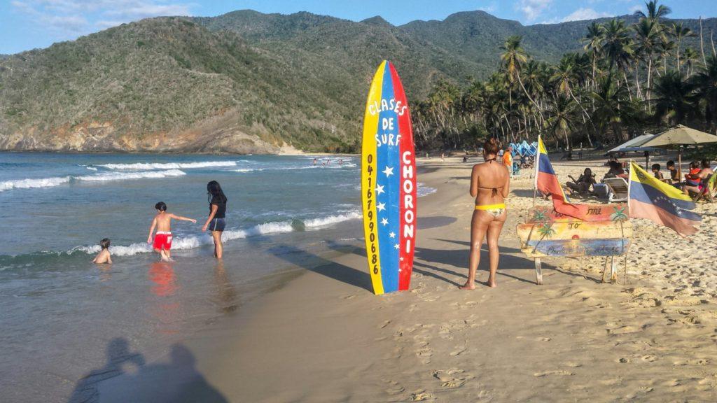 W Wenezueli można znaleźć względnie bezpieczne miejsca, w których można względnie bezpiecznie spędzić noc pod gołym niebem. Na zdjęciu plaża w Choroni,