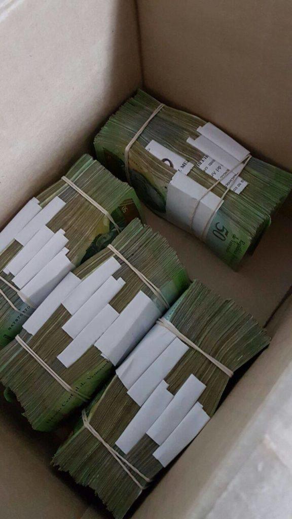 Amerykańskie dolary po wymianie na wenezuelską walutę.