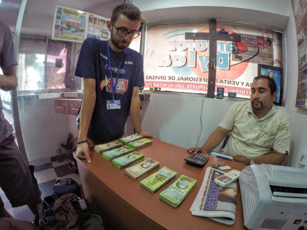 Wymiana kolumbijskich pesos na boliwary w przygranicznym kantorze.